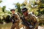 Des militaires du 3e régiment d'infanterie US évaluent le HUD du système IVAS durant l'automne 2019 (Crédit : US Army/Courtney Bacon)