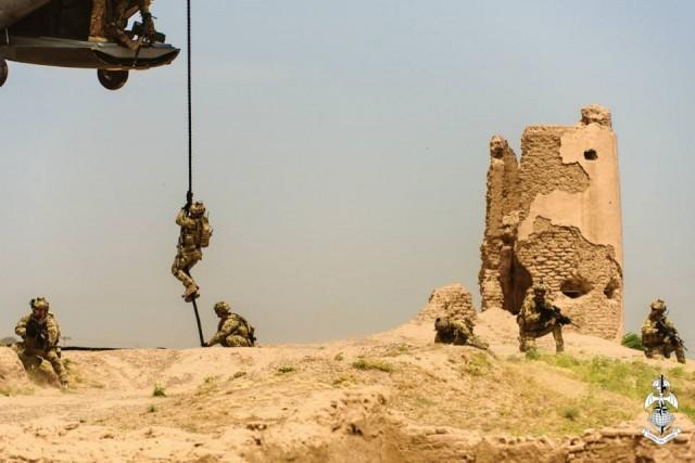 """Des membres du 185e régiment parachutiste de reconnaissance et d'acquisition d'objectifs """"Folgore"""", l'une des quatre unités de forces spéciales du COMFOSE (Crédits : 185 RRAO)"""
