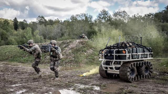 Le robot Probot accompagne les Turcos sur le terrain de manoeuvre à quelques semaines de leur déploiement sur Barkhane (Crédits : 1er régiment de Tirailleurs)
