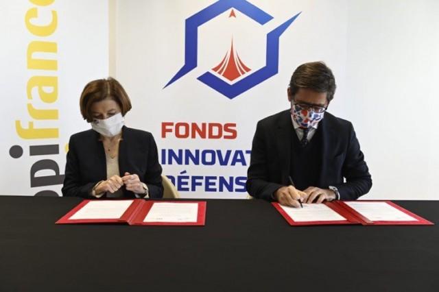 Signature de la lettre d'intention de lancement du FID par la ministre des Armées Florence Parly et le directeur général de Bpifrance, Nicolas Duflourcq (Crédits : ministère des Armées)