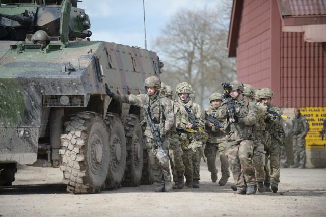 Soldats français du 1er RTir et britanniques des 3 PARA et 2 RGR côte à côte lors de l'exercice Griffin Strike 2016 (Crédits: Cpl Andy Reddy RLC)