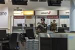 Un patrouille OVG dans un aéroport de Bruxelles-National pratiquement vide en raison de l'épidémie de Covid-19 (Crédits: Défense/Vincent Bordignon)