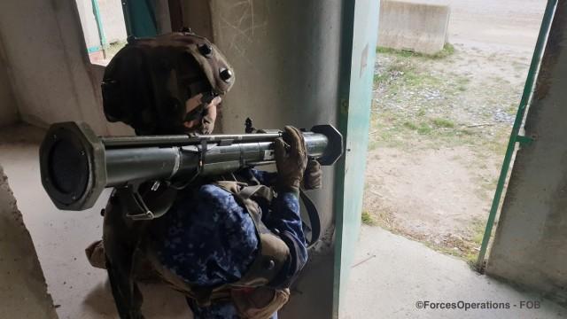 Derrière chaque mur, chaque fenêtre, chaque porter, la force adverse (FORAD) simule un ennemi conventionnel doté de moyens d'appui
