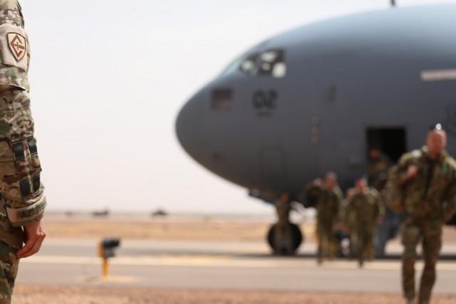 Des militaires de l'ESTSOF  déployé à Gao à l'aide d'un C-17A du SAC (Crédits: ministère de la Défense estonien)