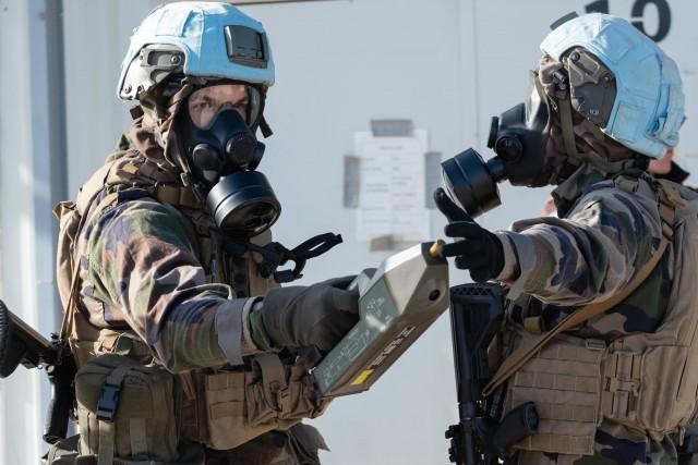Des militaires français de l'opération Daman (FINUL - Liban) lors d'un exercice NRBC mené sur le camp de Dayr Kifa (Crédits : EMA/Ministère des Armées)