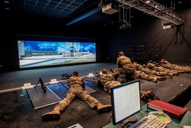 Des militaires français du 4e régiment de chasseurs alpins à l'entraînement sur un simulateur SITTAL (Crédits: 4e RCh)