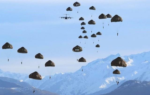 Des parachutistes du 35e RAP lors d'un saut dans les Pyrénées au départ d'un A400M (Crédit : 35e RAP)