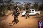 """Une équipe AEOD du SF Gp belge devant son pick-up Toyota modifié, """"quelque part"""" au Sahel (Crédits : SF Gp)"""