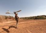 Un militaire du Bn ISTAR lance un drone RQ-11 Raven dans le cadre de la MINUSMA (Crédits: Défense/Bn ISTAR)