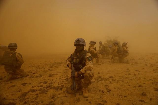 Un détachement ISR suédois au coeur d'une tempête de sable au Mali (Crédit : Forces armées suédoises)