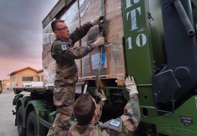 Un premier convoyage de masques respiratoires effectué par les unités de la zone de défense sud-est (Crédit : Défense sud-est/EMA)