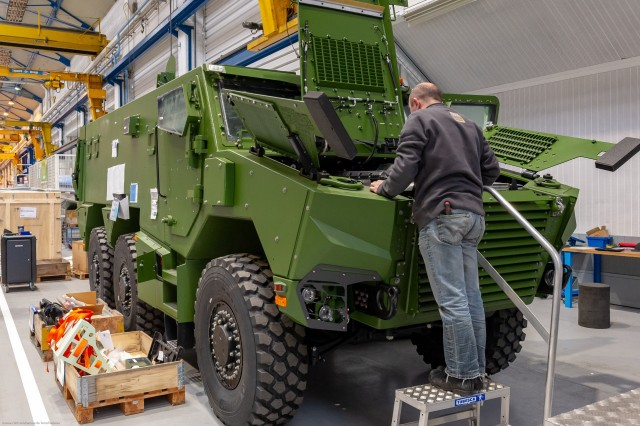 La ligne d'assemblage du VBMR Griffon sur le site Nexter de Roanne (Crédits:  Ministère des Armées/William James)