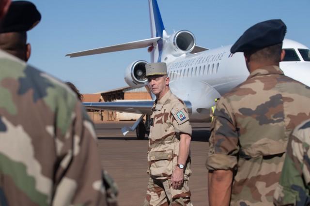 Le général Lecointre au Sahel en novembre dernier pour un hommage aux 13 militaires morts en opération dans le Liptako (Crédit: Twitter/EMA)