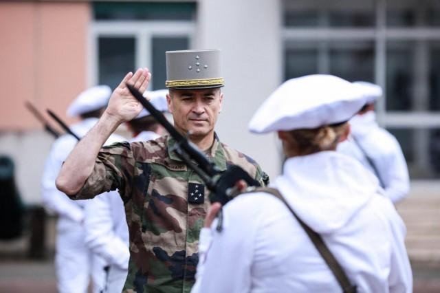 Le général Burkhard en déplacement le 13 mai au 93e régiment d'artillerie de montagne de Varces (Crédits: CEMAT/Twitter)