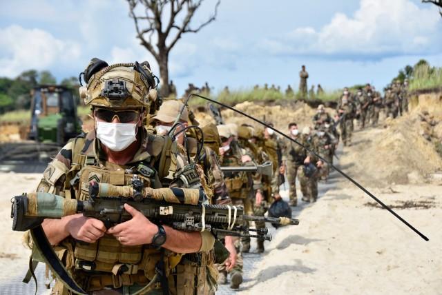 Des militaires des Éléments français au Sénégal, dont ce TELD de la 13e DBLE, progressent masqués lors de l'exercice amphibie mené dans le cadre de la mission Corymbe (Crédits : EMACOM)