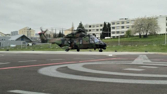Un NH90 Caïman du 1er RHC effectue une rotation sanitaire depuis Besançon vers Clermont-Ferrand (Crédit : ministère des Armées/EMA)
