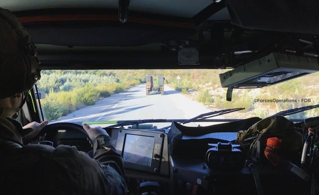 Dans le poste de conduite du Griffon avec un marsouin du 3e RIMa candidat au poste d'instructeur-régimentaire