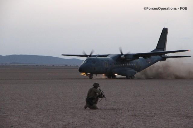 """Un CASA CN-235 de l'ET 88 """"Larzac"""" atterrit sur une piste sommaire au milieu du désert du Grand Bara (Djibouti)"""