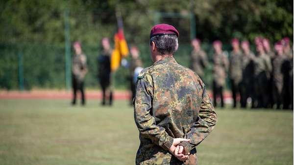 Le général Markus Kreitmayr, commandant du KSK, lors du dernier appel de la 2e compagnie avant sa dissolution le 1er août (Crédits : Bundeswehr/KSK)