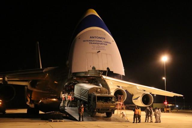 Du matériel médical déchargé ce samedi d'un An-124 à l'aéroport de Pardubice, République tchèque. (Crédit : Ministère de La Défense tchèque / Jana Deckerová)
