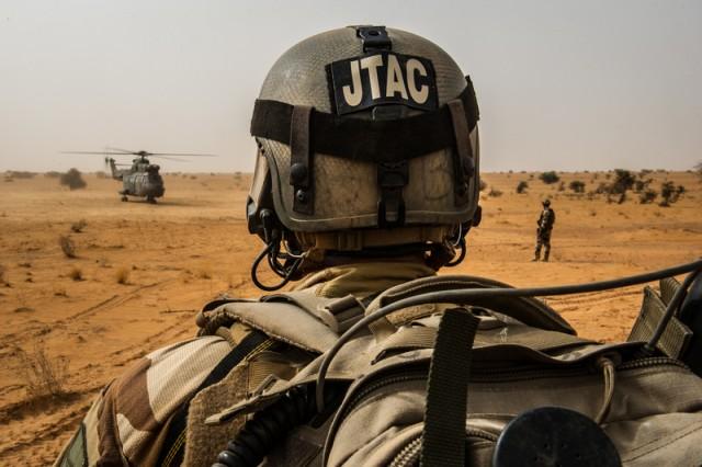 Un JTAC déployé au Sahel dans le cadre de l'opération Barkhane (Crédits: armée de Terre)