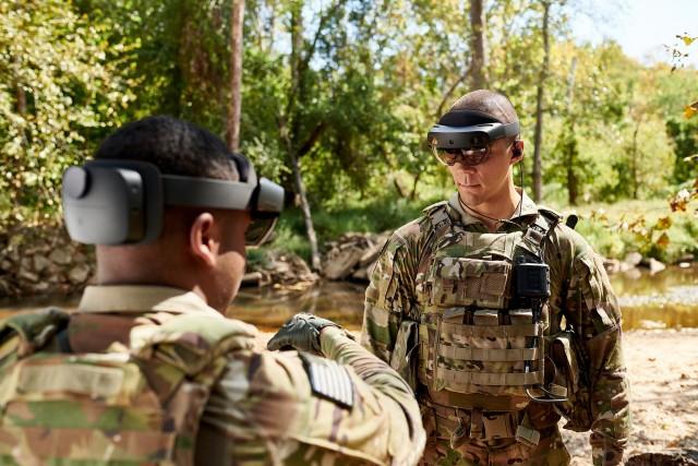 Des militaires de la 82e division aéroportée évaluent le HUD du programme IVAS en novembre 2019 à Fort Picket, Virginie (Crédit : US Army)