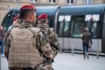 Des militaires du 35e RAP en patrouille à Bordeaux dans le cadre de l'opération Sentinelle (Crédits: Ministère des Armées/Jérôme Bardenet)